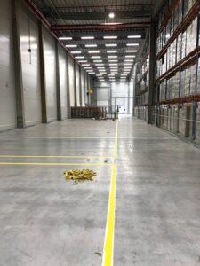 koridor v logistickém skladu