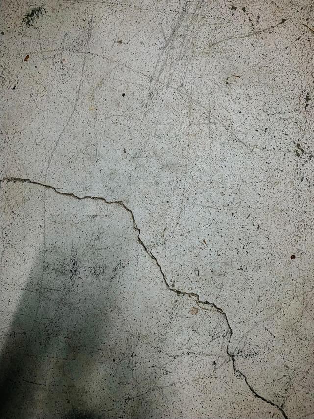 opravy průmyslových podlah - trhlina